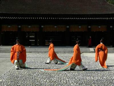 武官装束の四人の舞人によって舞われます。