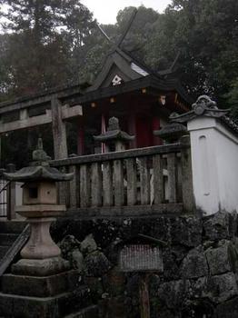 手前の燈籠に「崇道天王社」の名前が刻まれています。