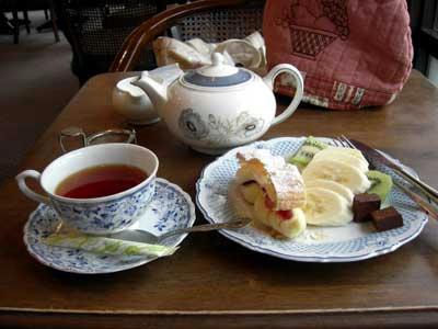 こんな感じでポットでお茶が出てきます。
