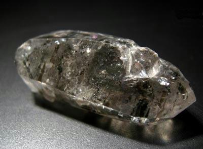 別の結晶が顔を出しています……