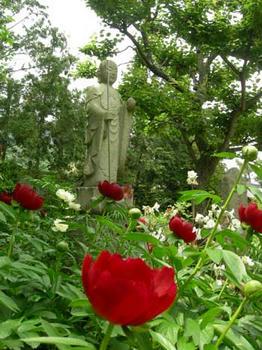 地蔵菩薩と芍薬の花