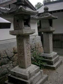 石灯籠には『御霊大明神』の文字