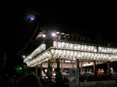 神楽殿の上の月