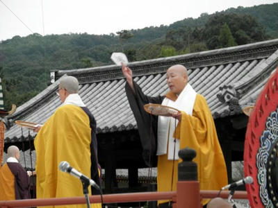 法華寺の尼僧による散華