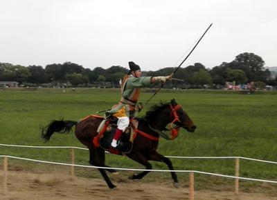 馬も射手もたいへん美しいものです。
