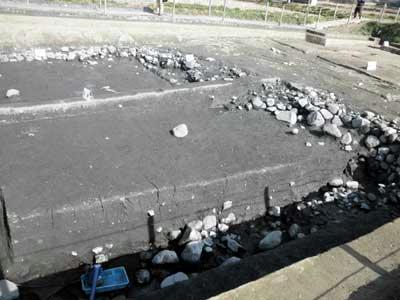 護岸は石を積んでいます。