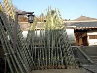 お松明の竹