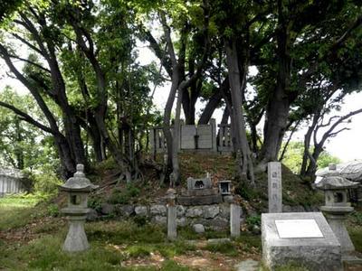 源頼信公の墓所