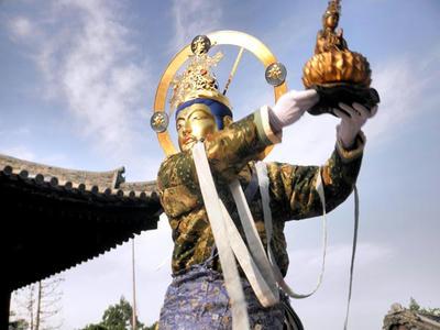 観世音菩薩は蓮の花を手にしています。