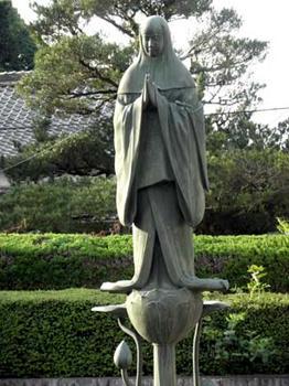 池の中に立つ中将姫の像