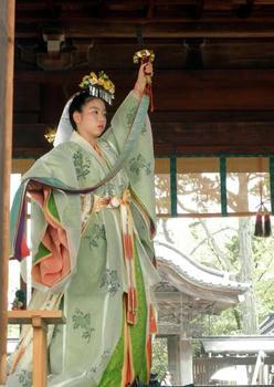 『浦安舞』の鈴舞、本装束で舞います。