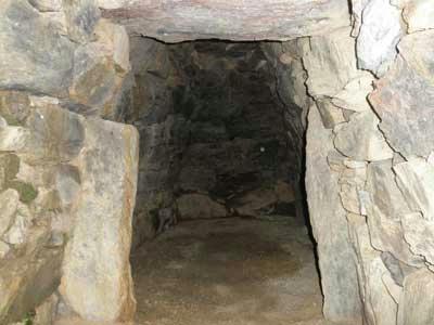 石室内は真っ暗です。