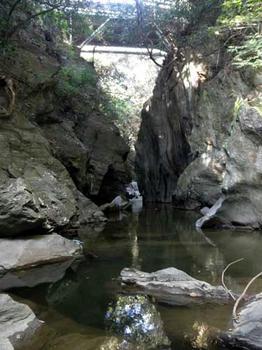 上流側の橋の下は、岩戸のような景色