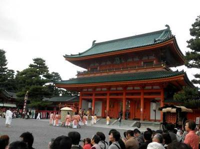 平安神宮に入る神輿列