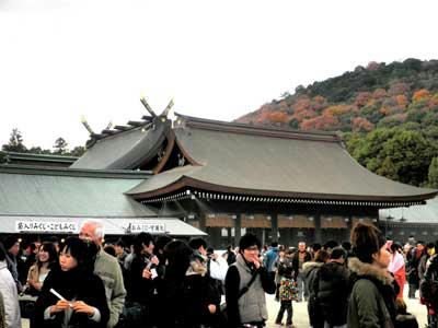 ごった返す橿原神宮 外院の庭