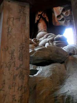 江戸時代の落書き?…東大寺大仏殿にて