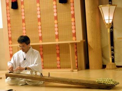 和琴を弾く秋田学芸員