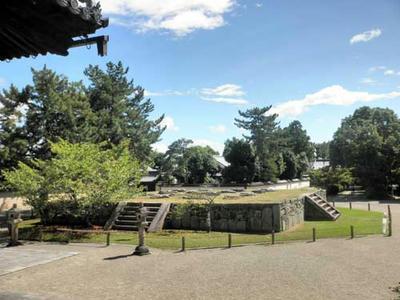『東塔跡』:芝生の部分が八角形の基壇