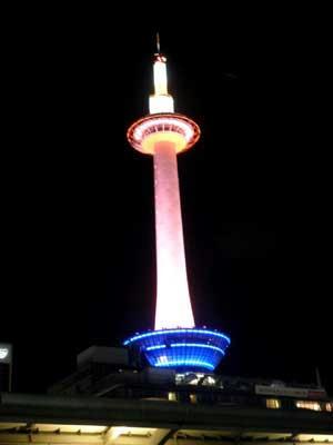 何故かうす赤い京都タワー