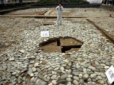 石敷の部分に掘られた土壙