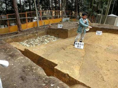 外堤上の柱穴跡と石敷き