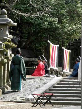 祓戸神社の前の勅使と辧