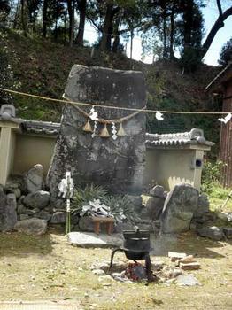 「立石」の前に湯の沸いた釜が置かれます。