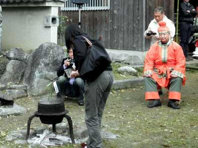 参列者もお守りの笹を御湯に浸します。