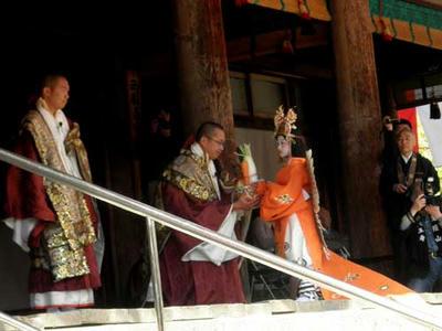 六時堂内の僧侶に御供え物を渡す。