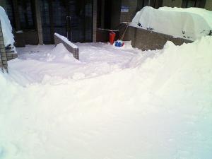 玄関前の雪の吹きだまり。