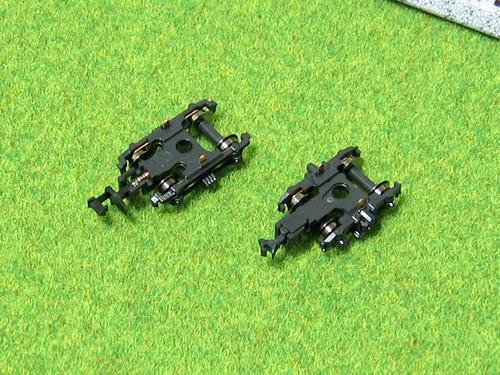 左:スハニ32のTR23台車、右:オハニ36のTR52台車