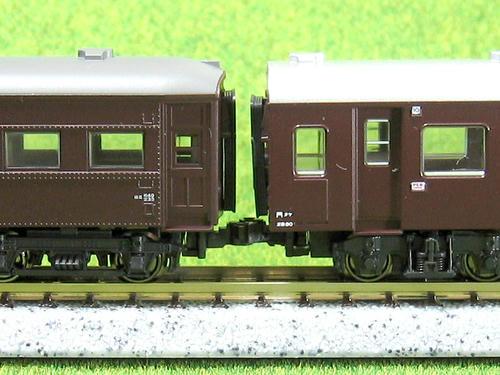 左:ナックルカプラー装着のスハニ32、右:ナハフ11