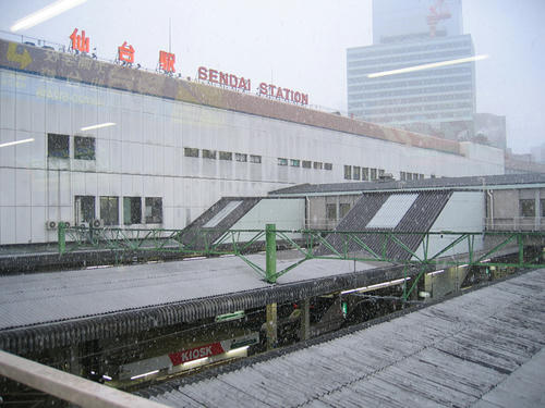 雪にけむる仙台駅