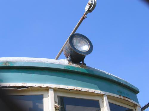 107号車の前照灯とトロリーポール