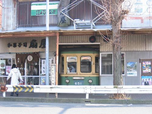 和菓子の扇屋さんの店頭を飾る600形651号車