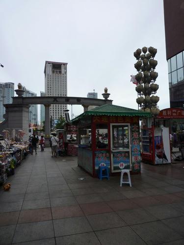 高層の建物の間に露店街。
