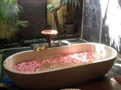 花の散る浴槽
