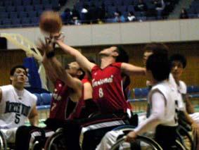 リバウンド_赤いユニフォームのチーム2人は味方同士でボールをとりあっているところ
