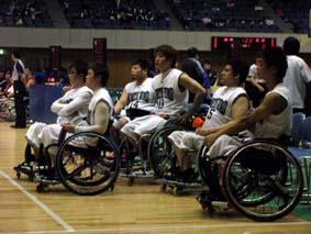 ハーフタイム_健常者のバスケットの練習を見ているところ