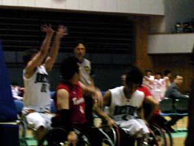 右の白いユニフォームの選手を壁として、左の選手がシューとをしているところ
