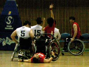 赤いユニフォームの選手がシュートを打っているところ_味方が転倒しているのにレフリータイムがかからなかった珍しい場面