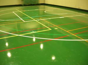 ワックスがかかり、滑らなくなった体育館の床