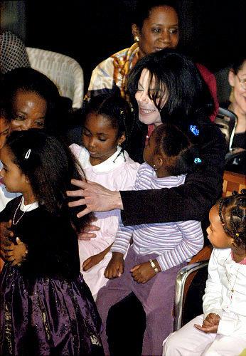 2004年、エチオピア大使館にて、賞を受けるマイケル・ジャクソン