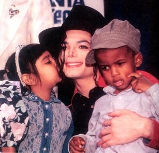 kids_kissing_mj320.jpg