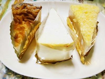 白いお皿に3つ並んだ、デリチュースのピースチーズケーキ3種類