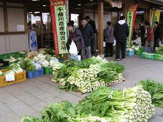 081122_1105_道の駅「花の駅・千曲川」の野沢菜販売(飯山市常盤)