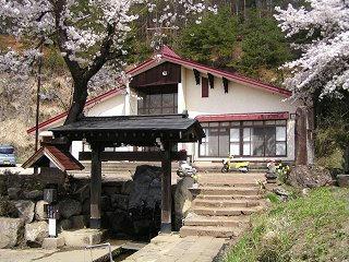 090419_1307_サクラが満開の龍興寺清水(木島平村)