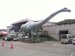 090426_1042_信州新町化石博物館前に展示された恐竜(信州新町)