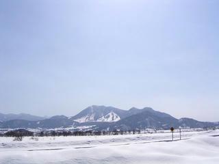 100221_1200_飯山市常盤から望む高社山(飯山市)