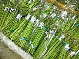 100523_1304_道の駅花の駅千曲川の農産物直売所で販売されているアスパラ(飯山市)